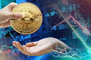 Падение BTC до десятимесячного минимума: аналитики рекомендуют покупать криптовалюту